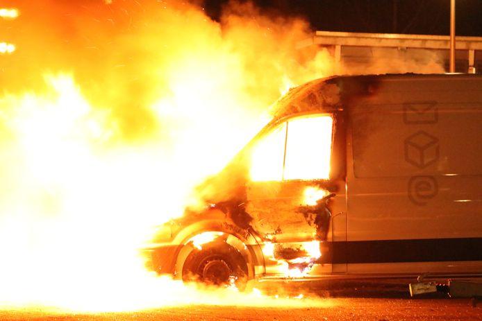 Bus van PostNL in vlammen op aan de Beethovenhof.