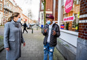 Demissionair minister Carola Schouten van Landbouw neemt een kijkje bij Weggeefwinkel Yess, ze delen voeldselpakketten uit aan mensen die geen geld voor eten hebben in Rotterdam-West, vanuit de Rosenveldtstraat.