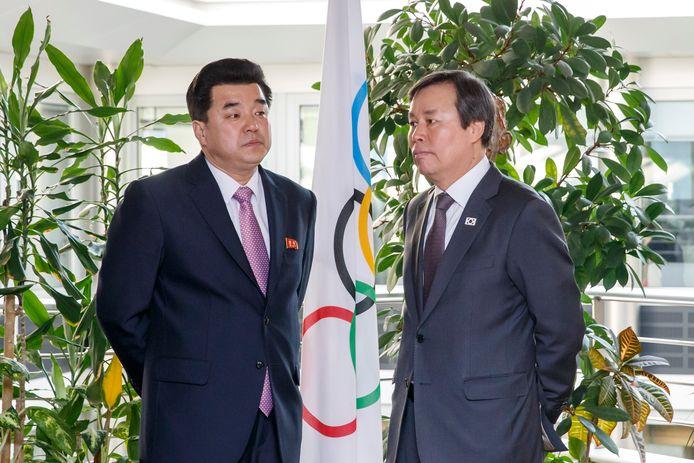 De Noord-Koreaanse sportminister Kim Il Guk en Do Jong-hwan tijdens een meeting met het IOC.