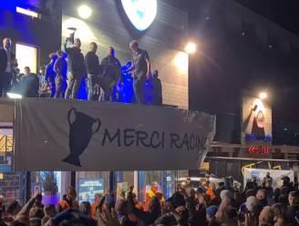 Ook volksfeest in Genk: honderden supporters wachten spelersbus op en vieren met Bengaals vuur