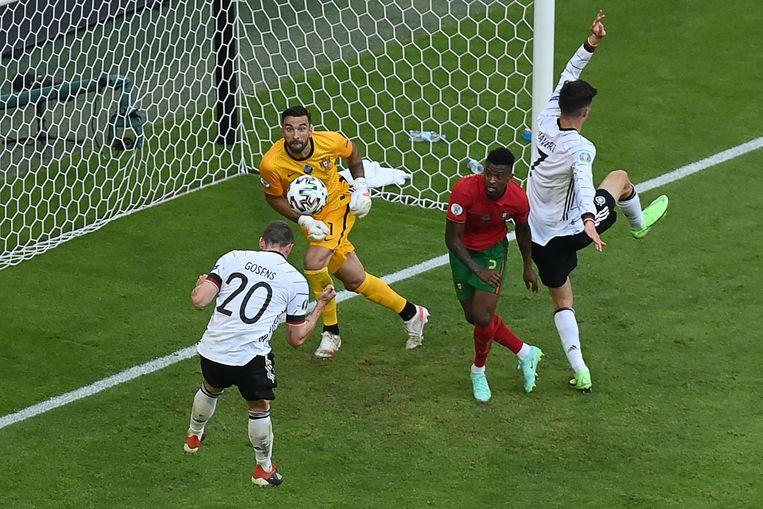 Robin Gosens kopt raak en brengt Duitsland op een 4-1 voorsprong tegen Portugal. Het duel zou eindigen in een 4-2 zege voor de Duitsers. Beeld AFP