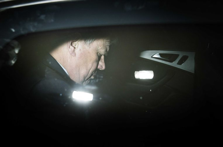 Opstelten verlaat zijn ministerie na afloop van de persconferentie Beeld anp
