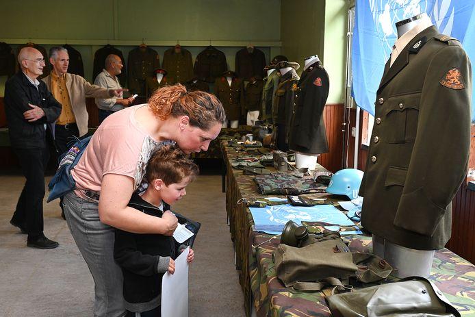 Altijd interessant voor kinderen: militaire uniformen.