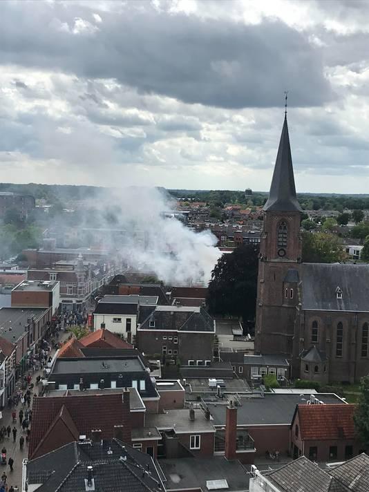 De brand in een pand aan de Misterstraat veroorzaakte een aardige rookpluim boven het centrum van Winterswijk.