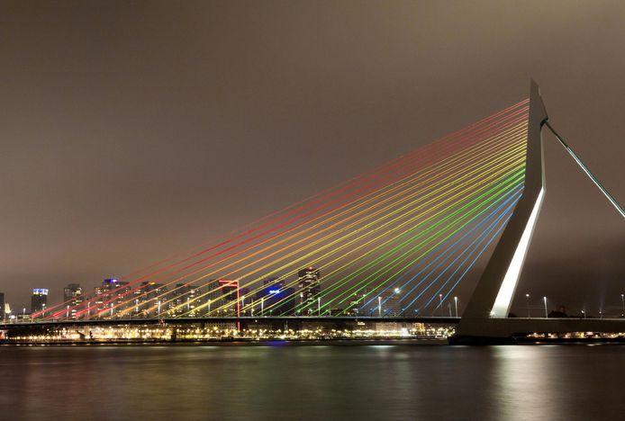 De Erasmusbrug in regenboogkleuren.