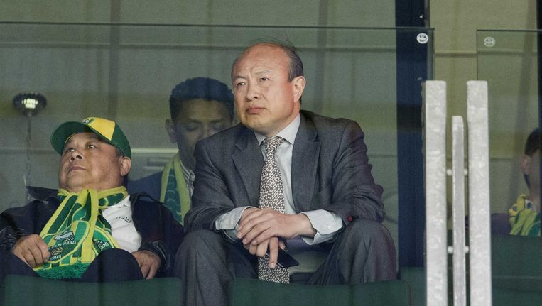 De Chinese eigenaar Hui Wang op de tribune tijdens een wedstrijd van ADO. Beeld ANP