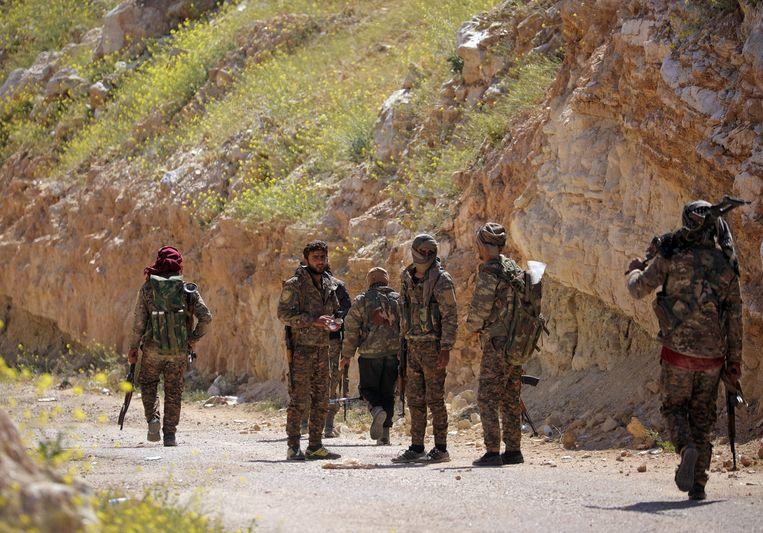 Troepen van de Syrische Democratische Strijdkrachten in de buurt van Baghouz, het laatste bolwerk van IS. Beeld REUTERS