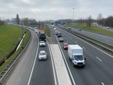 Auto verliest lading planken op A4 bij Rijswijk, weg tijdelijk afgesloten