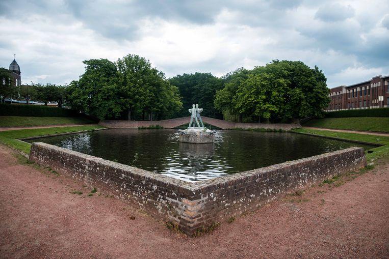 De beelden aan de vijvers in het park worden binnenkort gerestaureerd.