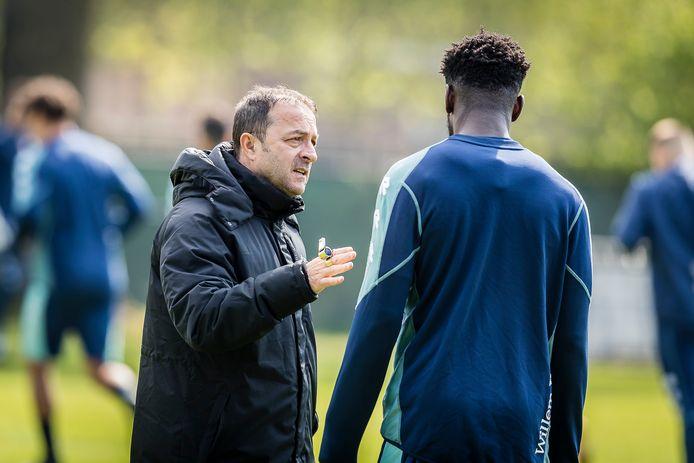 Willem II-trainer Zeljko Petrovic in gesprek met aanvaller Kwasi Wriedt tijdens de training.