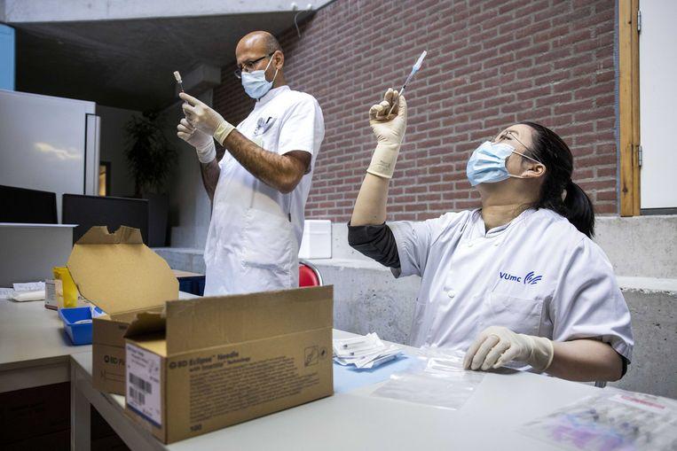 In het ziekenhuis VUmc wordt het Janssen-vaccin voorbereid. Beeld ANP