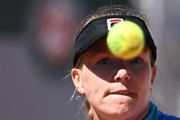 Kiki Bertens kijkt naar de bal tijdens de wedstrijd tegen de Sloveense Polona Hercog op Roland Garros.  Beeld AFP