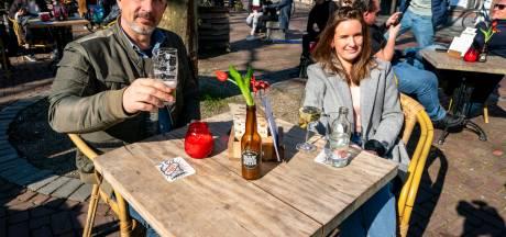 Eerste drankjes zijn geserveerd en terras in Breda na half uur open ontruimd tijdens horeca-acties