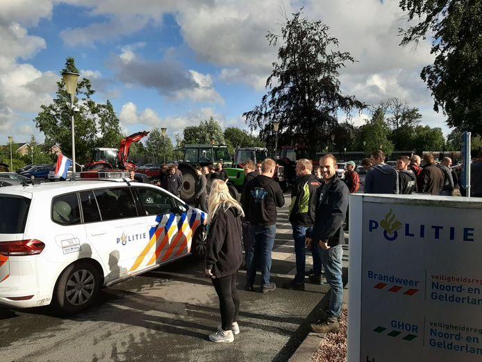 Ook bij het politiebureau in Apeldoorn deden de boeren aangifte tegen minister Schouten en zorgden zij voor flinke drukte.