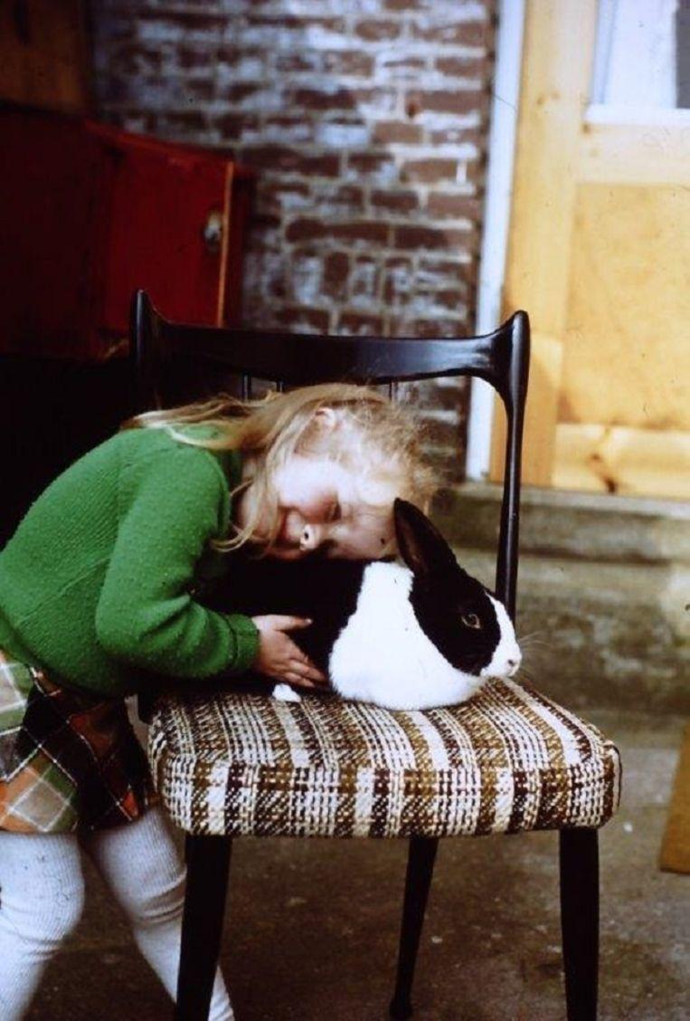 Esther met konijn. Beeld