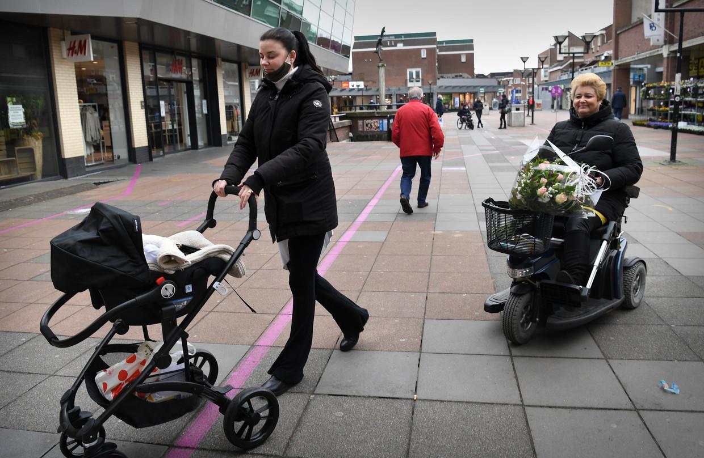 Romy Noordegraaf ('Ik ga voor GroenLinks') en haar moeder Monique Bruns ('VVD is me te soft') bij winkelcentrum De Struytse Hoeck in Hellevoetsluis. Beeld Marcel van den Bergh / de Volkskrant