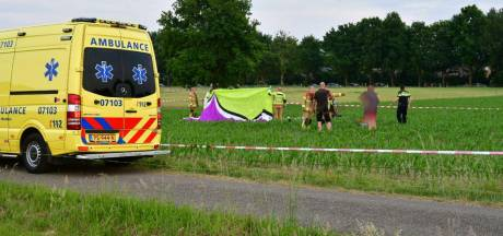 Paraglider stort neer in maisveld bij Didam, piloot overleden
