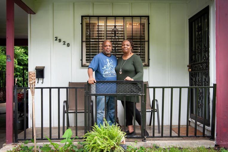 Jeff and Nina Dortch op hun veranda. 'Hoe we het volhouden met de dagelijkse dingen?Dat is of je een hert vraagt hoe het omgaat met de cheetahs. Ze zijn er.' Beeld Rory Doyle