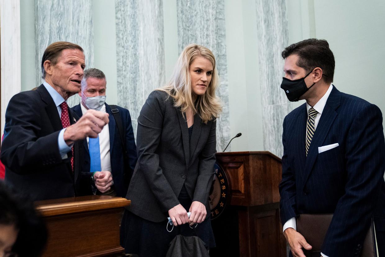 Facebookklokkenluider Frances Haugen met senator Richard Blumenthal (l). Beeld EPA