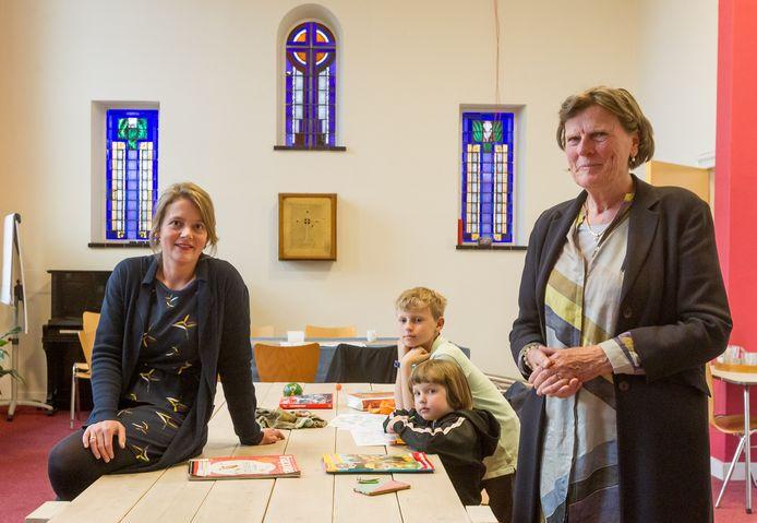 Antroposofisch arts Ingrid Schoonenberg (rechts) neemt afscheid, links haar opvolger Sanne Minkenberg. Zij en haar collega-arts Daniëlle de Coo nemen Kinderspreekuur Eindhoven over.  Op de achtergrond Schoonenbergs kleinkinderen.
