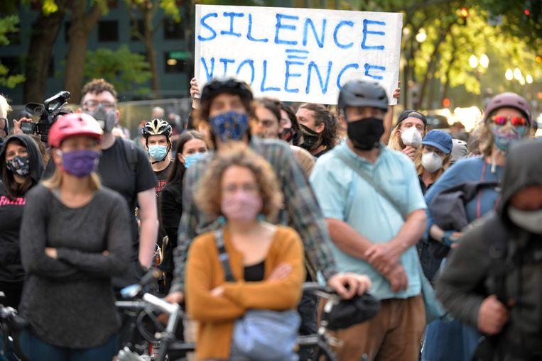 In Portland, Oregon wordt een vreedzaam protest gehouden tegen de inzet van federale agenten: 'Waar horen deze mannen bij? Wie voert het bevel? Wat is hun jurisdictie?'  Beeld AFP