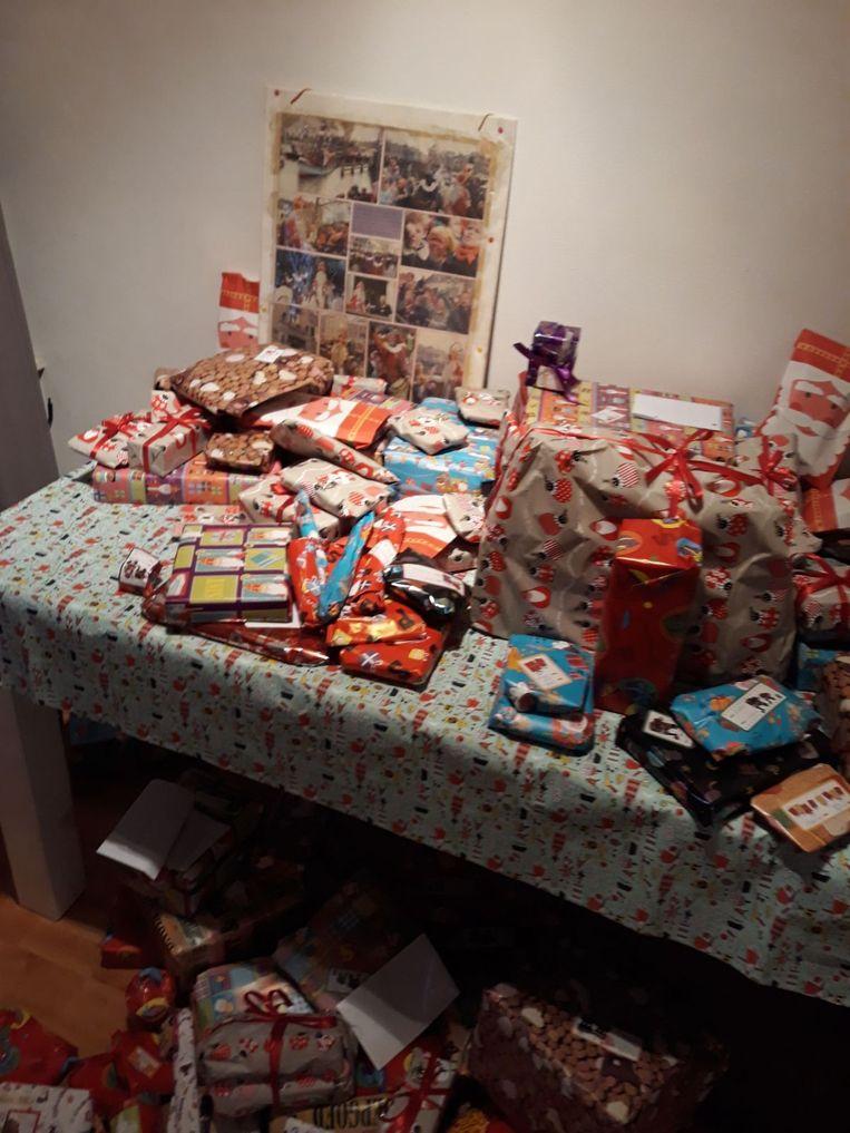 Een tafel vol pakjes in Utrecht bij de familie Roerhorst. Beeld -