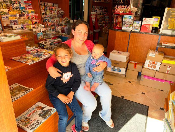 Jelena Topke van de gelijknamige Dagbladhandel in Erpe met dochtertjes Fien en Ellie.