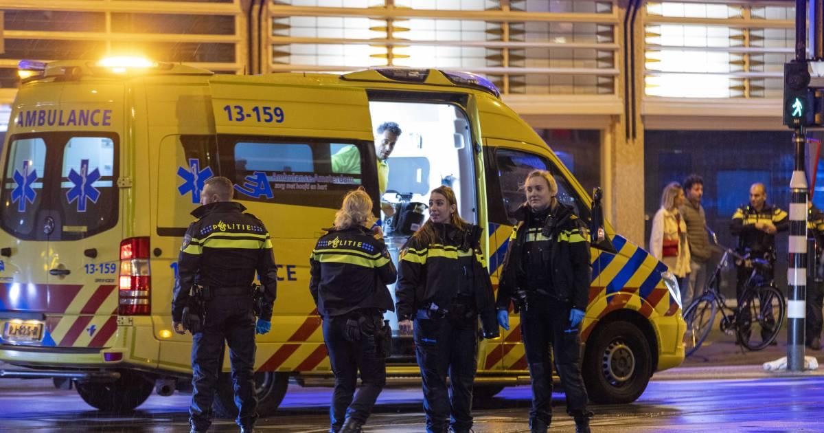 Dode bij steekpartij in Amsterdam, vier gewonden naar ziekenhuis, verdachte opgepakt.