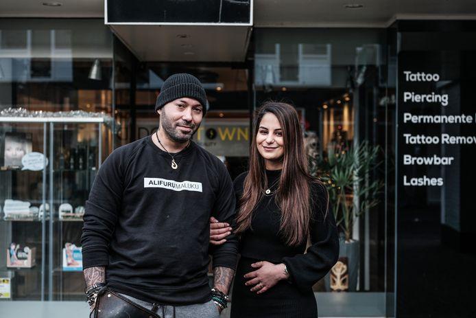Jivara Renjaan en Asli Serin-Renjaan voor hun nieuwe tattooshop aan de Didamsestraat in Zevenaar.