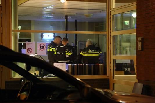 Politie bij het azc in Overloon. Foto ter illustratie.