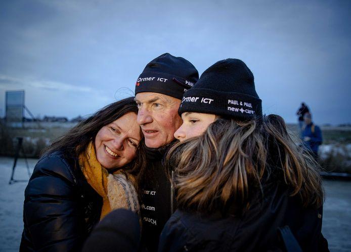 Henk Angenent wordt op de Bonkevaart opgewacht door zijn vrouw Sannah en dochter Bhodi.