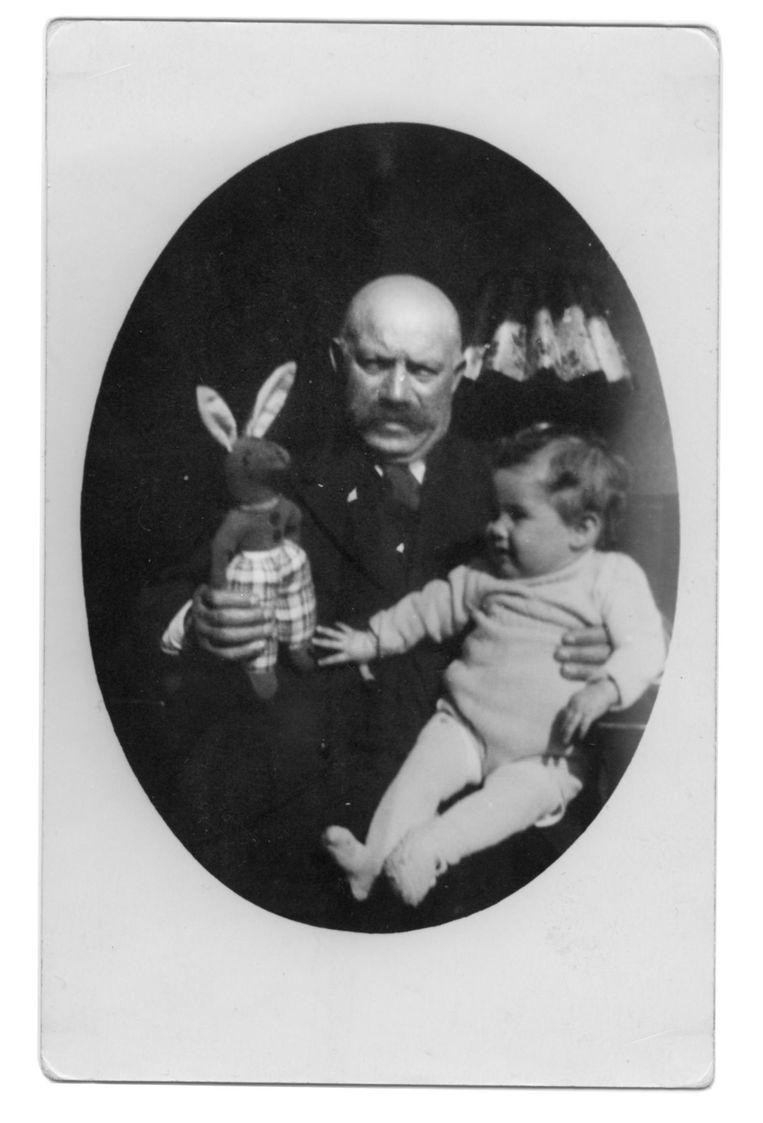 Levie Haringman, in de Jodenbuurt bekend als de man met de grote rode snor, met zijn kleindochter Femina op schoot in 1941. Beeld Eigen foto