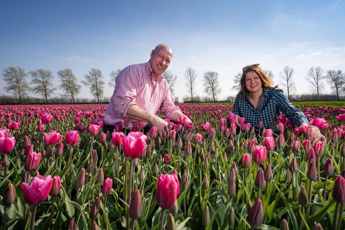 Herman Vermeer (Tulpenroute) en Ellen Boonen (Tulpenfestival). Vermeer is de voorman van de Tulpenroute Oostelijk-Flevoland, Boonen de voorvrouw van het Tulpenfestival Noordoostpolder.