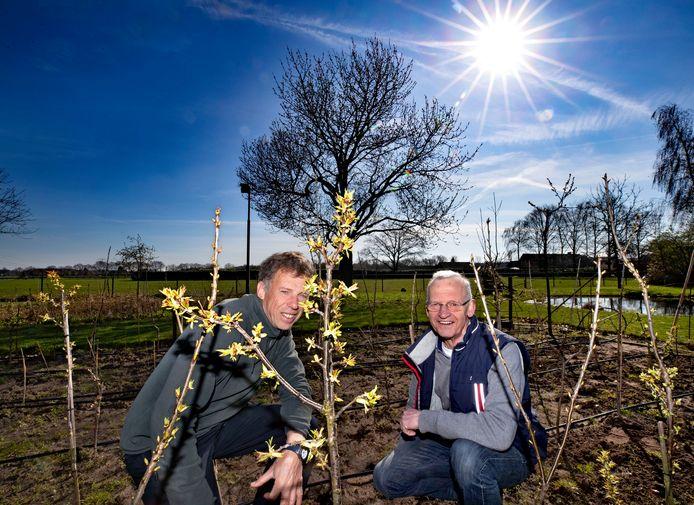 Theo van den Broek en Piet van der Linden van de werkgroep De Mierlose Zwarte.