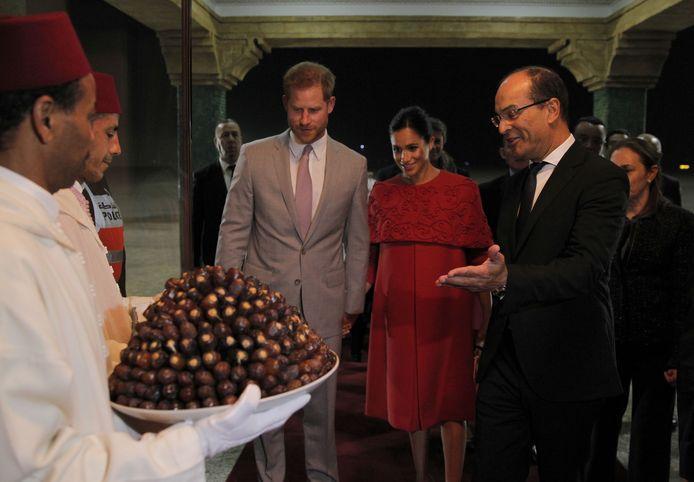 Harry en Meghan worden verwelkomd met dadels en melk.