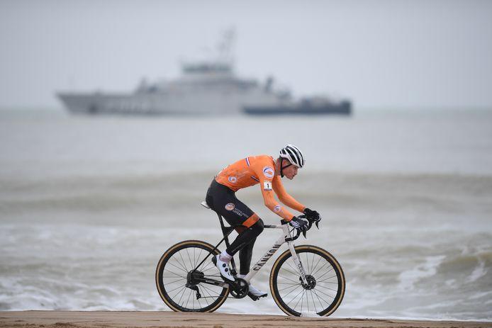 Mathieu van der Poel a dompté le sable, la boue et Wout Van Aert pour s'offrir son quatrième sacre mondial.