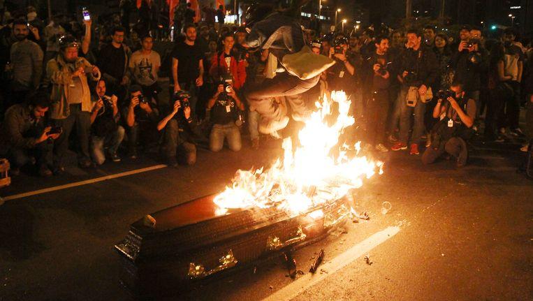 Betogers houden op straat een symbolische begrafenis voor de nieuwe Braziliaanse president Michel Temer in Sao Paulo.