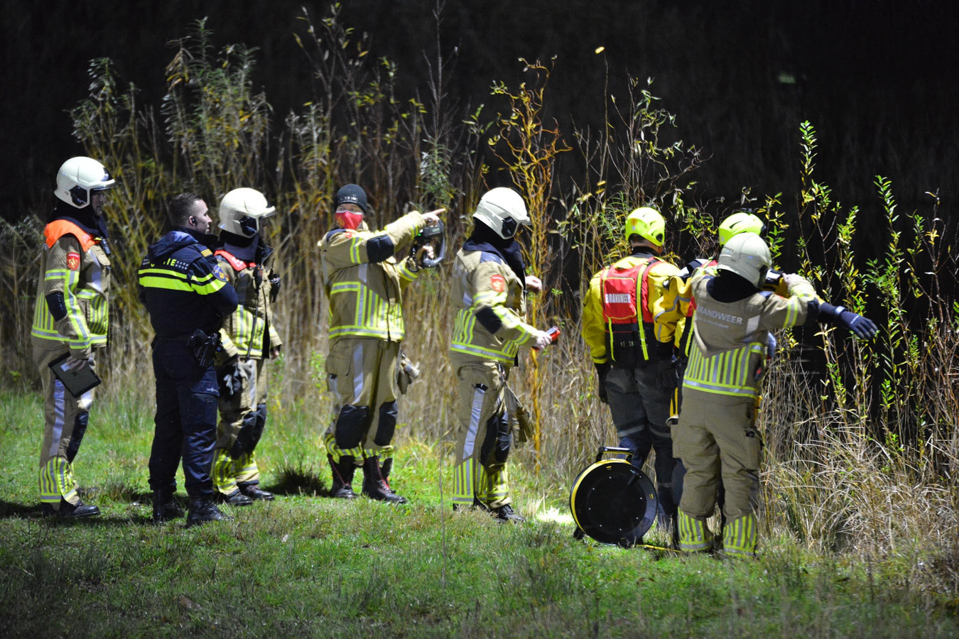 Brandweerlieden doorzoeken het gebied.