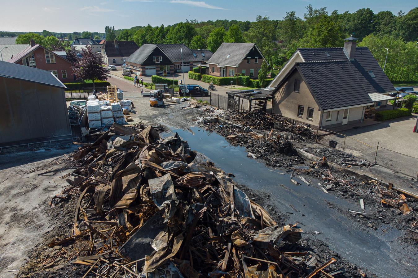 De dag na de grote brand bij Rhodos Wellness aan de Zuiderzeestraatweg in Oldebroek. Het bedrijf is totaal verwoest.