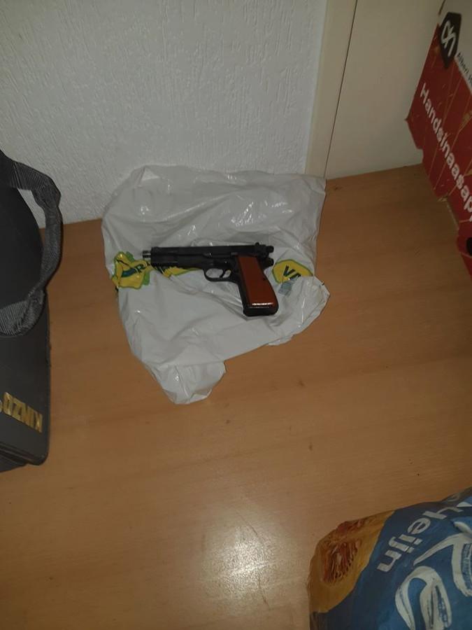 Politie vindt geladen vuurwapen in woning in Tilburg.