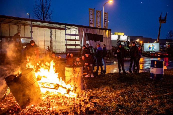 Een boerenprotest bij het distributiecentrum van Jumbo in Raalte vorig jaar. Boeren blokkeerden de ingang van het bedrijf.