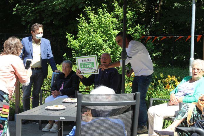De nieuwe locatiemanager Rob Paulussen overhandigt Jan Simons de cheque.