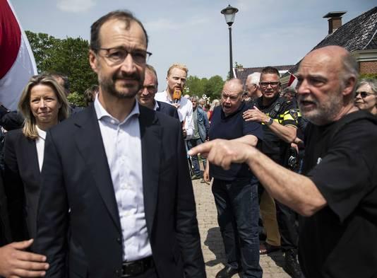 Minister Wiebes en minister Ollongren bezochten Westerwijtwerd na de zware aardbeving van woensdag. Ze werden opgewacht door boze en verontruste bewoners.