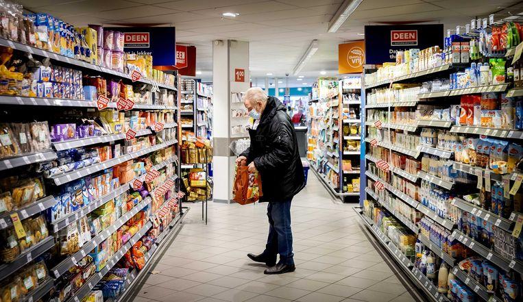 De supermarkten zijn open tijdens de lockdown, wel blijft de mondkapjesplicht gelden die per 1 december was ingevoerd. Beeld ANP