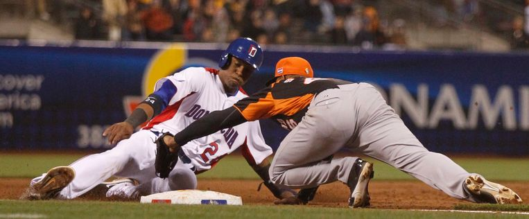 epa03630996 Netherlands third baseman Jonathan Schoop (R) puts the tag on Dominican Republic baserunner Robinson Cano to end the fifth inning of their semi-final game, during the Championship round of the World Baseball Classic at AT&T Park, in San Francisco, California, USA, 18 March 2013.  EPA/D. ROSS CAMERON Beeld EPA