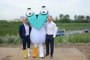 Minister Ben Weyts mocht samen met Luc Hellemans, directeur van bouwheer Lantis, de nieuwe mascotte 'Corneel van Oosterweel' voorstellen.