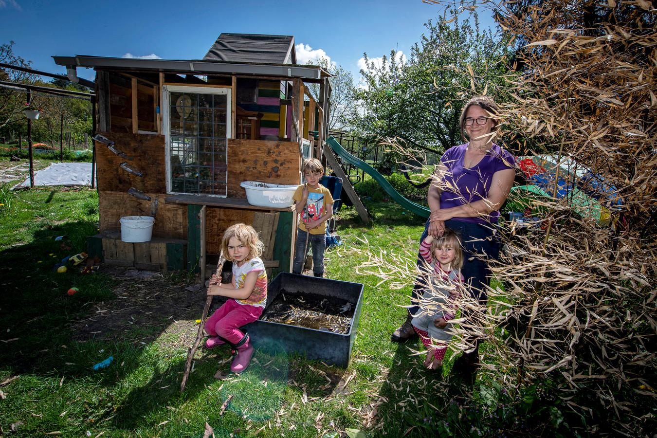 Moeder Lieke Snellen is vaak met haar kinderen Julan (6) Lena (4) en Zoë (2) te vinden in haar moestuin bij de Tuinen van Metabiose. Ze verbouwt er van alles volgens de permacultuurmethode.