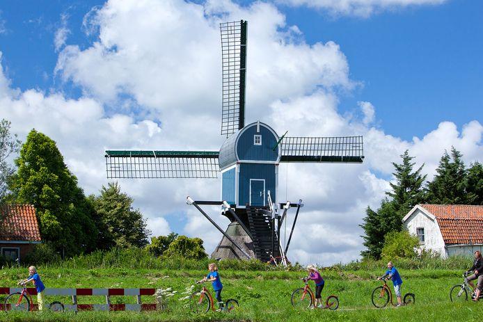 Het fiets- en step-pad langs de Oostvaart voert langs de Blauwe Wip ten noorden van Hazerswoude-Dorp.