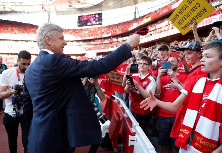 ► Arsène Wenger dankt de fans in het Emirates Stadium. Hij leidde Arsenal dit seizoen naar de zesde plaats in de Premier League. Beeld Photo News