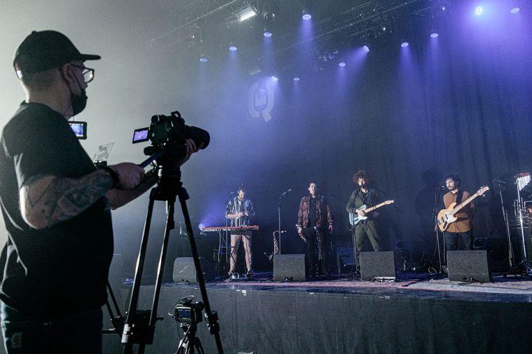 Bassist-zanger Nathan  Klumperbeek (r) van de band Mabassa. Beeld Jakob van Vliet